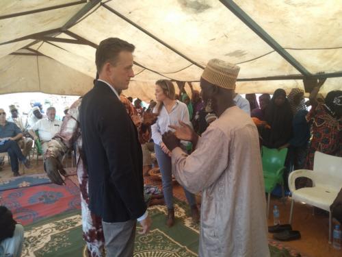 Le chef de village d'Albarkeyzé présentant ses doléances au CEO de MCC