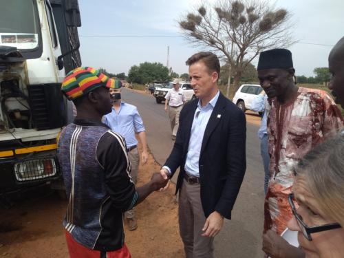 Sean Cairncross échange avec un usager de la route RN7