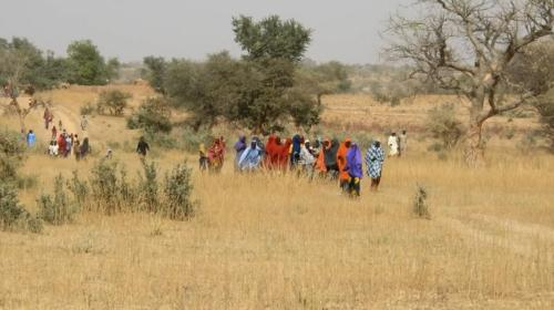 Population venant assister à la rencontre de l'équipe de MCA-Niger.