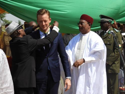 Décoration de Sean Cairncross  à l'ordre de Commandeur de l'Ordre National du Mérite Agricole par le Président de la République du Niger.
