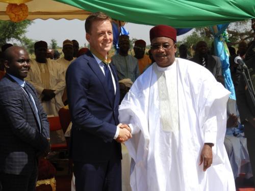 Poignet de main entre le Président de la République du Niger et le CEO de MCC.