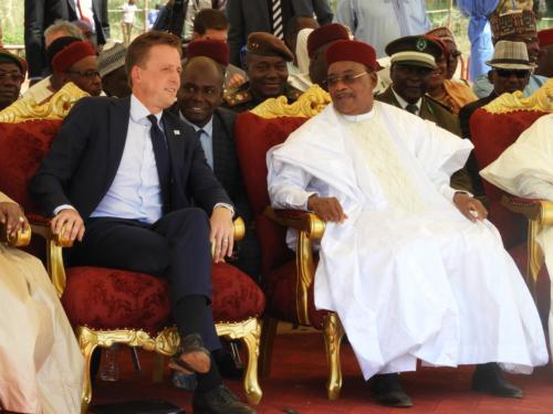 Le Président de la République du Niger, Issoufou Mahamadou et le CEO de MCC, Sean Cairncross
