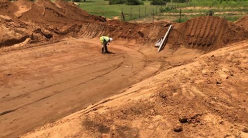 Travaux sur la RN35, un ouvrier prenant des mesures sur le tracé d'un ouvrage.