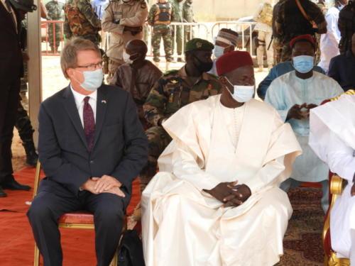 L'Ambassadeur des USA au Niger, Eric Whitaker (droite) et la Gouverneur de la Région de Dosso, Moussa Ousmane.