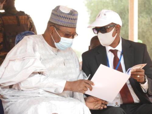Le Président du Conseil d'Administration de MCA-Niger, Ouhoumoudou Mahamadou (à droite) et le Directeur Général de MCA-Niger, Mamane Annou.