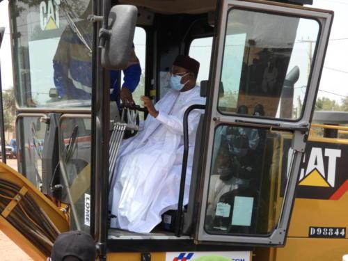 Le Président de la République du Niger, donnant le coup d'envoi symbolique des travaux.